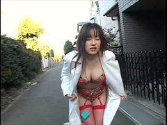 セクシー下着姿で野外羞恥プレイ