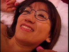 眼鏡美少女にたっぷりと顔射したい